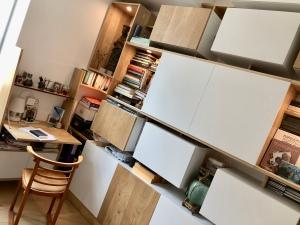 Meuble mixte ikea hack of le dahé mêlant éléments IKEA et structure en chêne massif huilé. 3040€