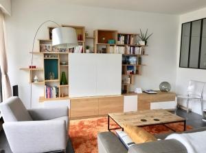 Meuble TV XL of le dahé en chêne massif avec espace TV, box internet, un bar, une mini bibliothèque et une assise d'appoint. 5550€