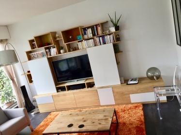 Meuble TV XL of le dahé en chêne massif ciré naturel avec portes coulissantes blanches. 5550€