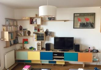 Meuble multi-média of le dahé en chêne massif huilé naturel accueillant une TV, un ensemble HIFI, une box internet, des CD et DVD et des éléments de bibliothèque. 3290€